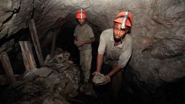 Los mineros cavan y llenan bolsas con los escombros que son sacados a la superficie con la ayuda de cuerdas. GETTY IMAGES