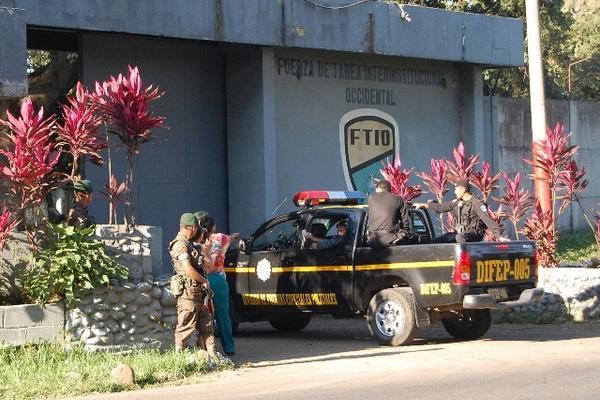"""<p>Un autopatrulla ingresa a uno de los capturados a la fuerza de tarea interinstitucional, en Coatepeque. (Foto Prensa Libre ) <br _mce_bogus=""""1""""></p>"""