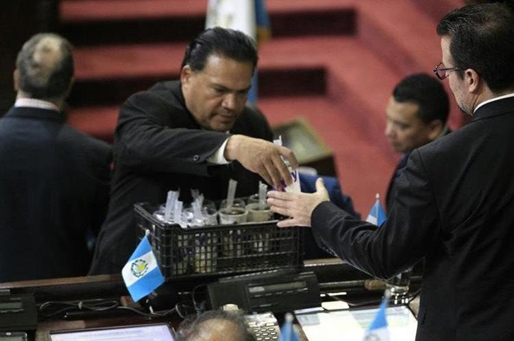 Hubo helados para todos los diputados después de que retuvieron la inmunidad a Jimmy Morales. (Foto Prensa Libre: Carlos Hernández)