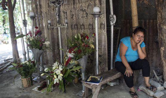 Una mujer luce desconsolada, está a la espera del cuerpo de un familiar muerto a causa de la violencia en El Salvador. (Foto: @feminicidio.net).