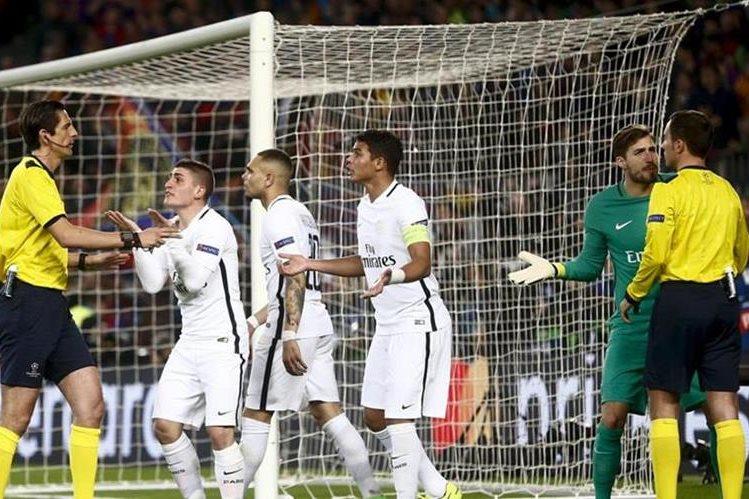 Los jugadores del PSG reclaman a los árbitros por sus decisiones en el partido contra el FC Barcelona. (Foto Prensa Libre: Hemeroteca)