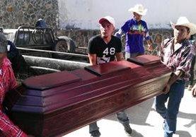 Familiares retiran de la morgue los restos de Rumualdo Antonio Pérez Sánchez, muerto a balazos en la aldea San Miguel Mojón, cabecera de Jalapa. (Foto Prensa Libre: Hugo Oliva)