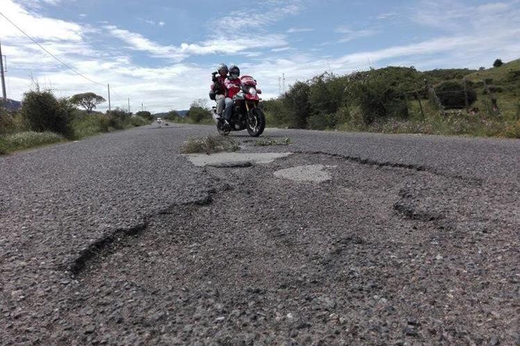 """Los ciclistas tenían que esquivar los """"obstáculos"""" en las carreteras en las que pasó la tercera etapa de la Vuelta. (Foto Prensa Libre: Jorge Ovalle)"""