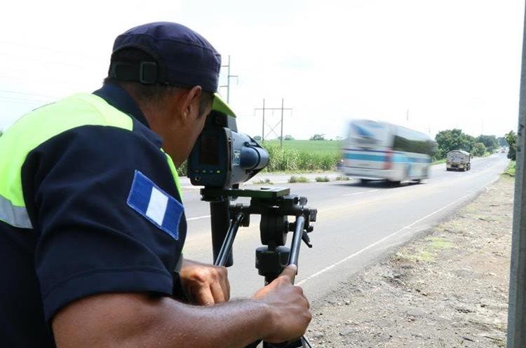 Autoridades de Tránsito de Escuintla controlan el exceso de velocidad con el fin de evitar percances mortales.