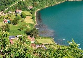 Autoridades han comenzado acciones también en el lago de Atitlán para evitar mayor contaminación por aguas residuales. (Foto Prensa Libre: Édgar René Sáenz)