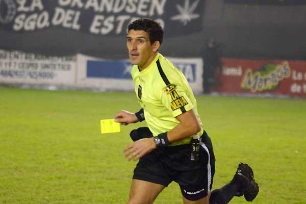 Andrés Merlos ha tenido problemas en el arbitraje en Argentino. (Foto Prensa Libre: internet)