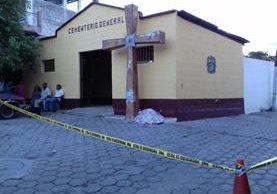 Una mujer murió baleada enfrente del Cementerio General de San José La Arada, Chiquimula a una cuadra de la estación de la PNC. (Foto Prensa Libre: Víctor Gómez)