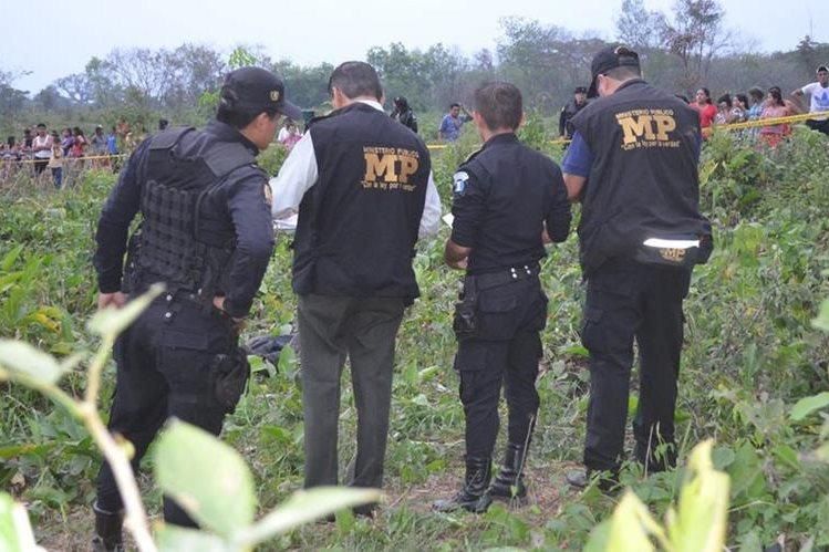 Fiscales del Ministerio Público recogen evidencias en el lugar donde murió Pedro Morales. (Foto Prensa Libre: Jorge Tizol)