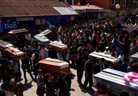 """<p>Diez miembros de una familia fueron inhumados este viernes en San Cristóbal Cucho, San Marcos, al fallecer por el terremoto que azotó Guatemala. (Foto Prensa Libre: AP)<br _mce_bogus=""""1""""></p>"""