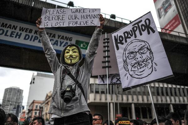 Manifestante marcha por las calles de la ciudad Kuala Lumpur.
