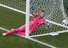 El portero croata Danijel Subasic queda vencido después del cabezazo de Milán Skoda. (Foto Prensa Libre: AP)