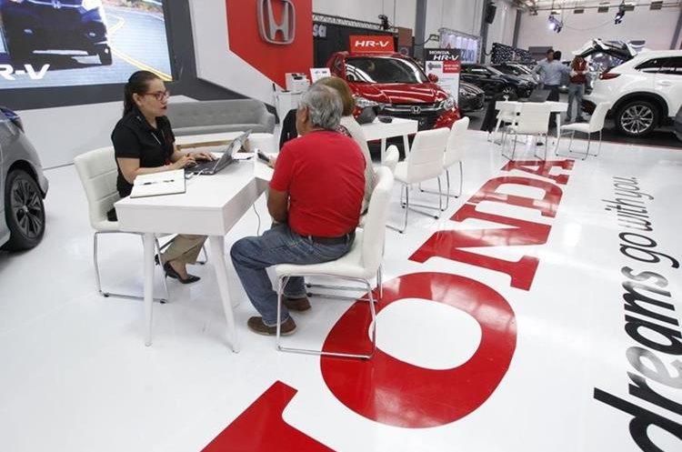 En la exposición reúne a 24 marcas de vehículos de las diferentes empresas distribuidoras que operan en el país. (Foto Prensa Libre: Paulo Raquec)