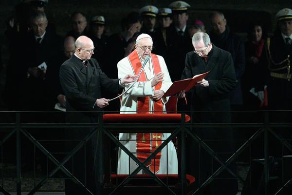 El Papa Francisco bendice a la multitud después de su participación en el Via Crucis. (Foto Prensa Libre:AFP)AFP