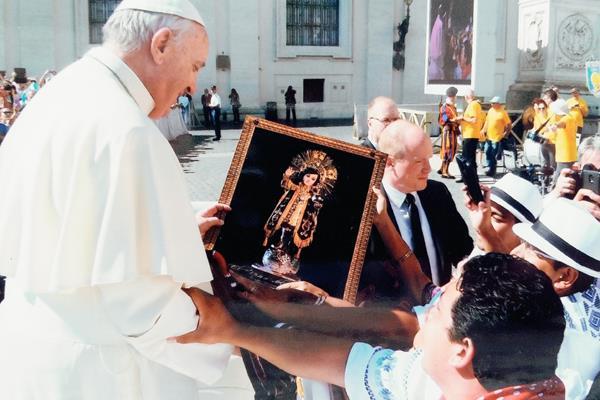 El papa Francisco recibe una imagen del Niño del Santísimo, de parte de artistas quetzaltecos que viajaron a la Ciudad del Vaticano. (Foto cortesía de elQuetzalteco)