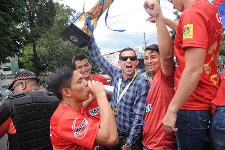 Pappa no escondió su felicidad por ser campeón con Municipal en su regreso a Guatemala. (Foto Prensa Libre: Edwin Fajardo)