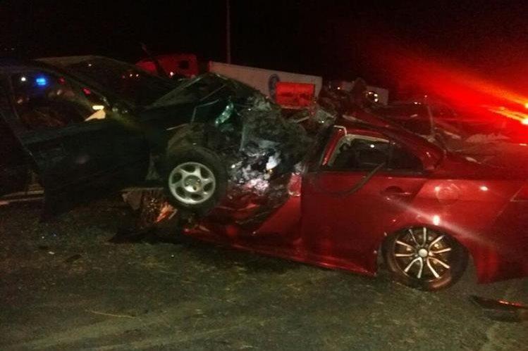 Así quedaron los dos vehículos involucrados en el accidente. (Foto Prensa Libre: Edy Paz/Bomberos Voluntarios).