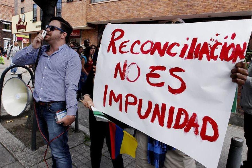 Un grupo de personas protesta frente al lugar en que se desarrolló el foto. (Foto Prensa Libre: EFE).
