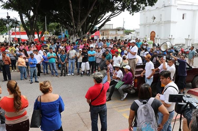 En Jutiapa, los maestros aprovecharon la toma de posesión del nuevo gobernador.  (Foto Prensa Libre: Hugo Oliva)