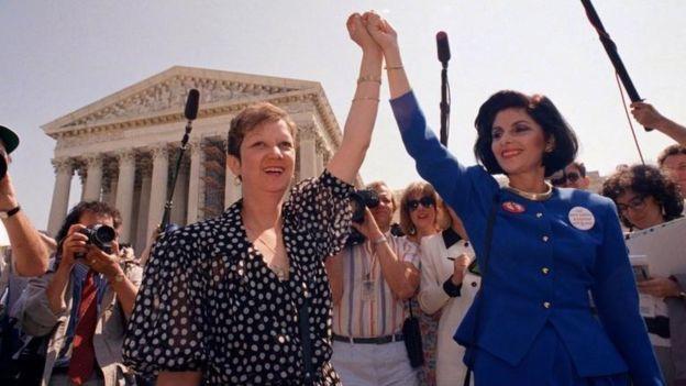 En 1973, Norma McCorvey, conocida como Jane Roe, celebró el falló de la Corte Suprema. Años mas tardes pidió su revocación. AP