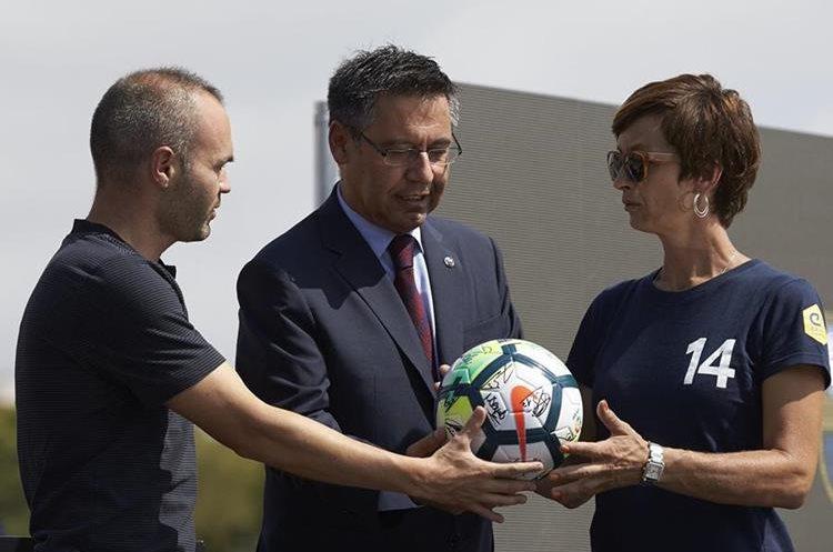 Bartomeu, Andrés Iniesta y la hija de Johan Cryff, Susila Cruyff, mostraron el balón que formó parte de la primera piedra del nuevo estadio.  (Foto Prensa Libre: EFE)