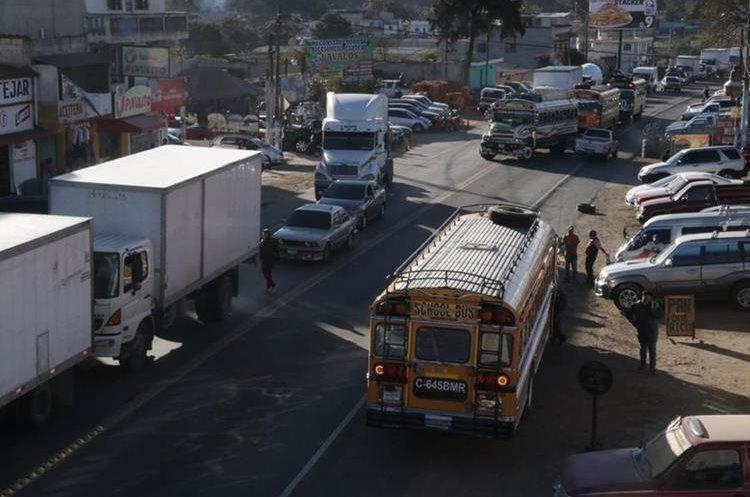 El tránsito vehicular en El Tejar, Chimaltenango, suele ser lento, por las largas filas que se forman y que duran hasta cuatro horas. (Foto Prensa Libre: Víctor Chamalé.