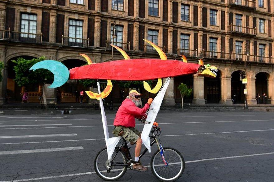 """Un participante llega al Zócalo para incorporarse a la """"bici humana"""". (Foto Prensa Libre: AFP)."""