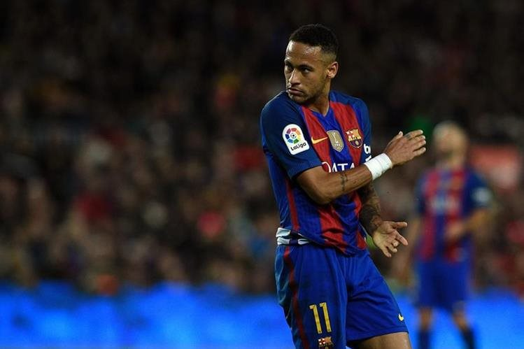 La fiscalía también solicitó que Neymar pague una multa de 10 millones de euros. (Foto Prensa Libre: AFP)