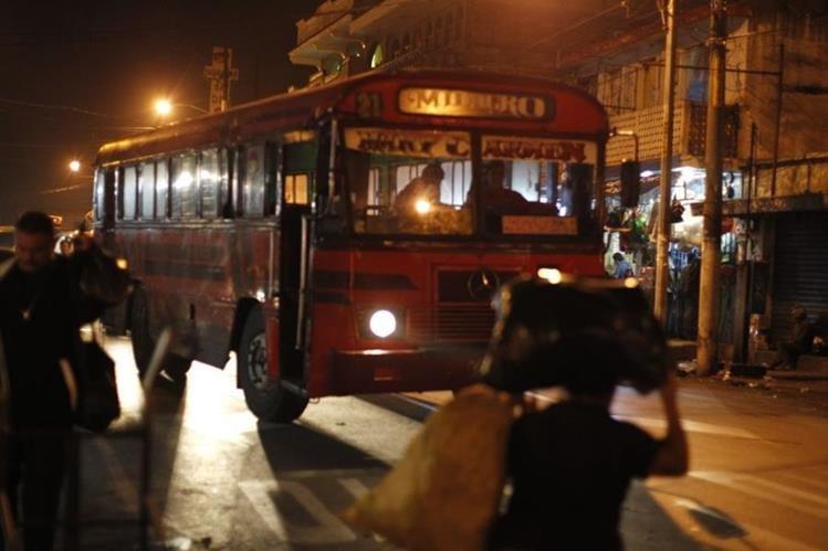 Nuevo paro de buses en El Milagro afecta a cientos de usuarios. (Foto Prensa Libre: Paulo Raquec)