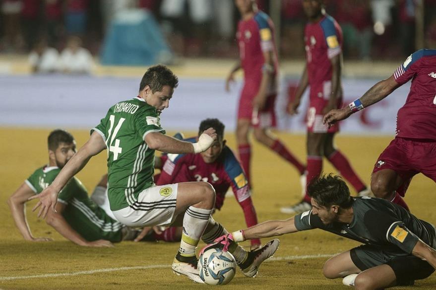 Javier Hernandez no logra rematar frente al portero panameño Jaime Penedo en el empate sin goles entre Panamá y México. (Foto Prensa Libre: AP)