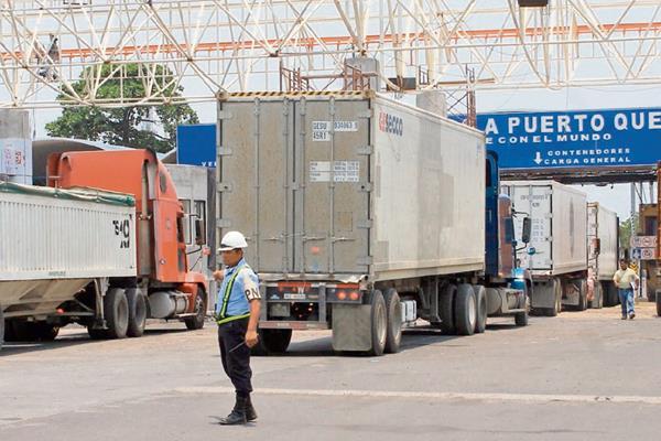Los furgones deben hacer fila durante largas horas, antes de salir de la aduana en puerto Quetzal.