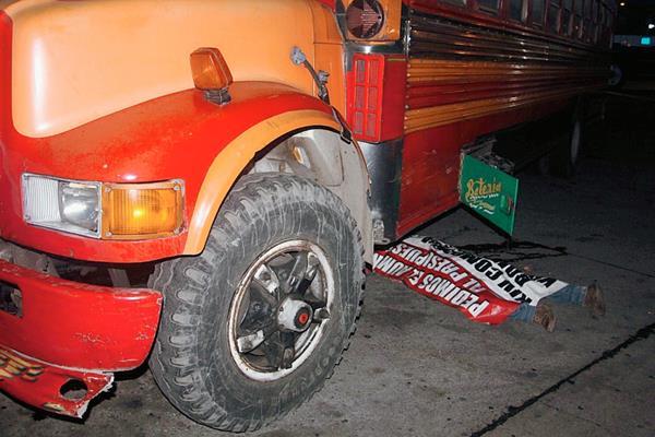Llantas de autobús pasan encima del piloto Wilson Véliz, en la ciudad de Escuintla. (Foto Prensa Libre: Melvin Sandoval)