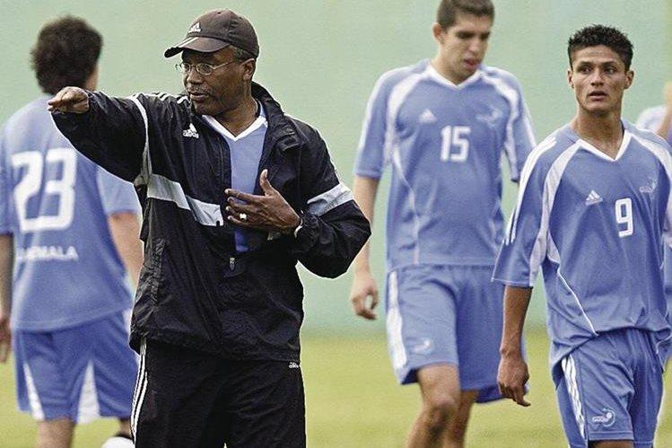 Fotografía de archivo donde se muestra al técnico tico Rodrigo Kenton dar instrucciones a los jugadores durante un entreno de la Selección Sub 20 de Guatemala. (Foto Prensa Libre: Hemeroteca)