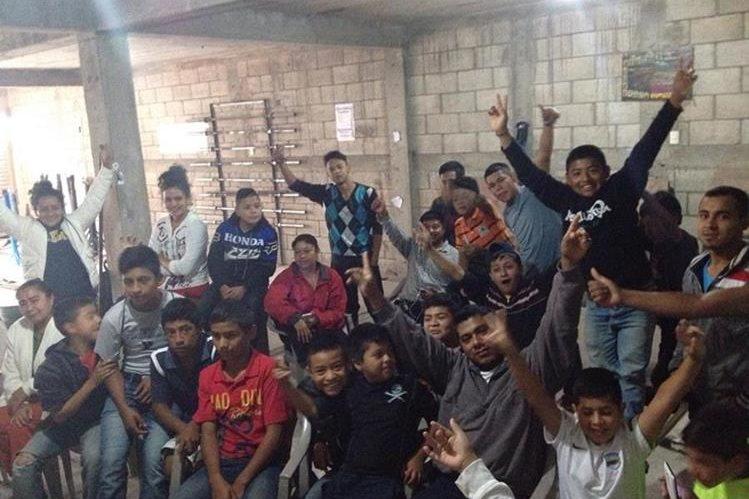 El gimnasio de la Asociación de Pesas fue el punto de reunión para seguir de cerca la participación de Pineda. (Foto Prensa Libre:Cortesía Esdras Ajquiy)