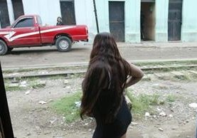 Una sexoservidora espera en la puerta de un cuarto donde trabaja en el lugar conocido como la línea. (Foto Prensa Libre: Archivo)