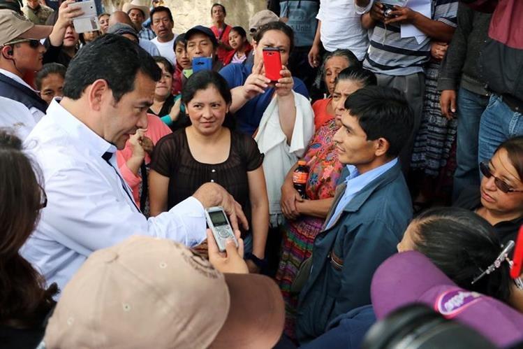 Jimmy Morales escucha la queja de una paciente del Hospital Regional de Occidente, quien denunció mala atención y falta de medicamentos.(Foto Prensa Libre: C. Ventura)