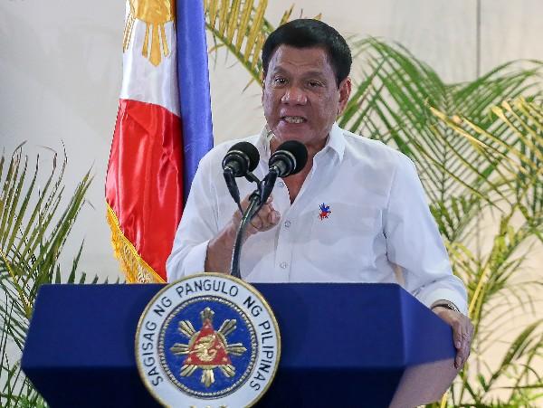 Rodrigo Duterte participa en una conferencia de prensa en aeropuerto internacional de Davao,Singapur. (AFP).