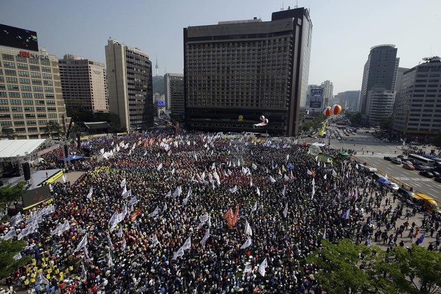 La Confederación de trabajadores coreanos se reunieron en Seúl, la capital del país, para conmemorar el Día del Trabajo. (Foto Prensa Libre: AP).