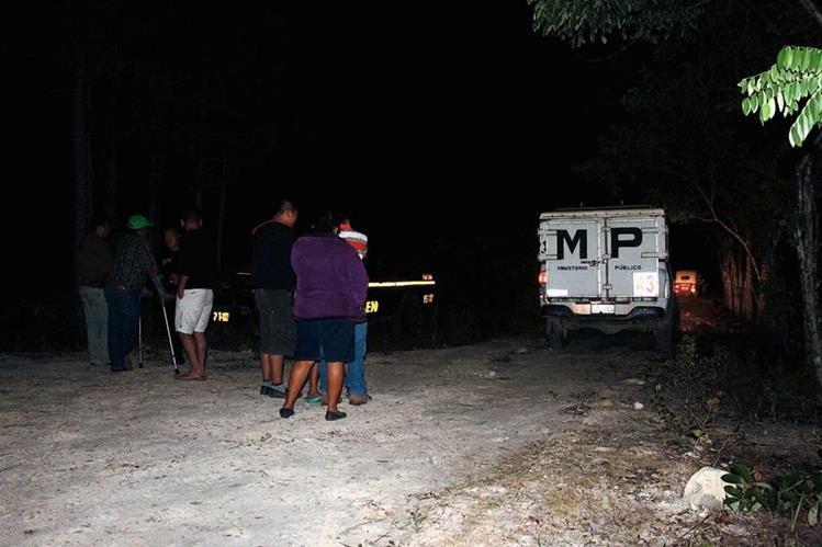 Fiscales del  Ministerio Público recogen evidencias en el barrio La Muralla, Poptún, Petén, donde un piloto de mototaxi murió baleado. (Foto Prensa Libre: Walfredo Obando)