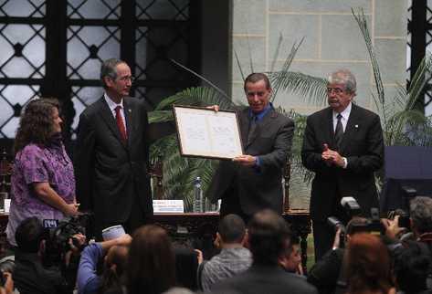 Álvaro Colom entrega la carta de perdón a Jacobo Árbenz Vilanova,  hijo  del gobernante derrocado.
