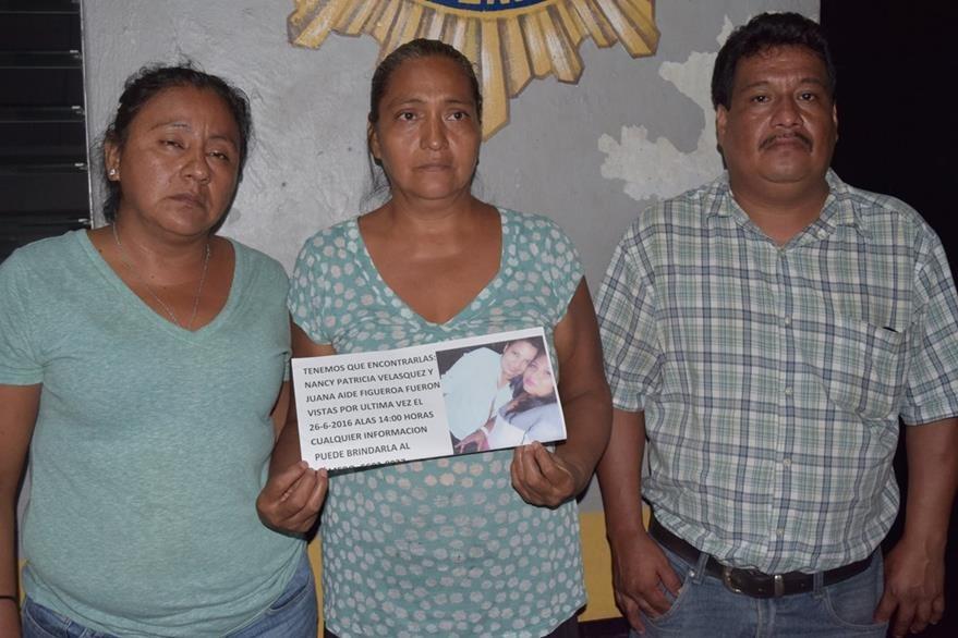 Familiares de las jóvenes desaparecidas piden ayuda de vecinos en la cabecera de Escuintla. (Foto Prensa Libre: Carlos E. Paredes)