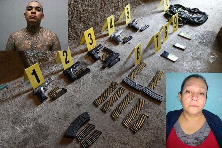 Fiscales del MP encuentran armas en la vivienda en que residían ambas mujeres, en la aldea El Chato, zona 18. (Foto Prensa Libre: PNC)