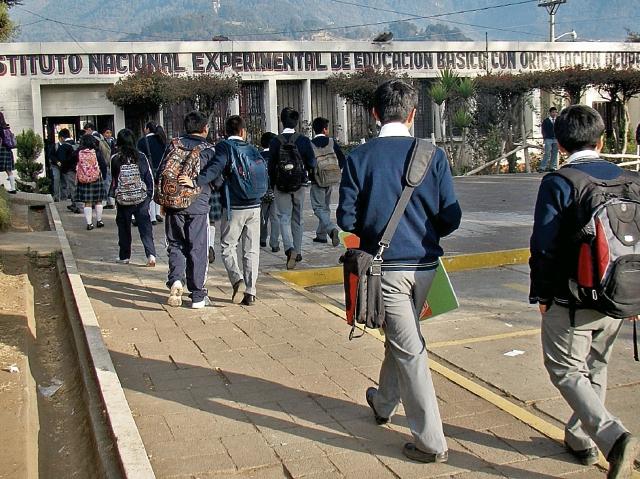 La pobreza figura entre las causas que llevan a estudiantes a dejar la escuela y migrar a la capital para buscar trabajo. (Foto Prensa Libre: HemerotecaPL)