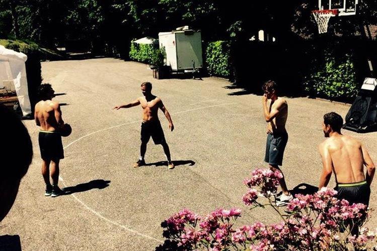Los jugadores de la selección de Alemania juegan baloncesto. (Foto Prensa Libre: Facebook Mario Götze)