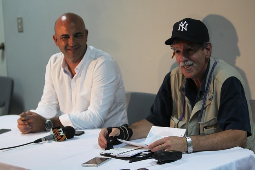 Michael Skinner -productor local- y Philip Juliano -staff de Metallica- (Foto Prensa Libre: Keneth Cruz)