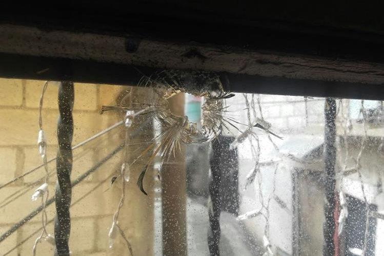 Uno de los balazos impactó el sábado 24 de diciembre del 2016, en un vidrio de la casa de Walter Peña, reportero gráfico de El Periódico. (Foto, Prensa Libre: Cortesía Walter Peña El Periódico)