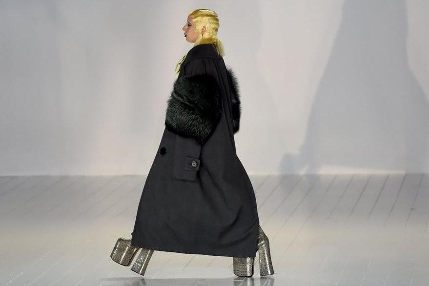 Gaga lució un abrigo gris con pieles en las mangas. (Foto Prensa Libre: AFP)