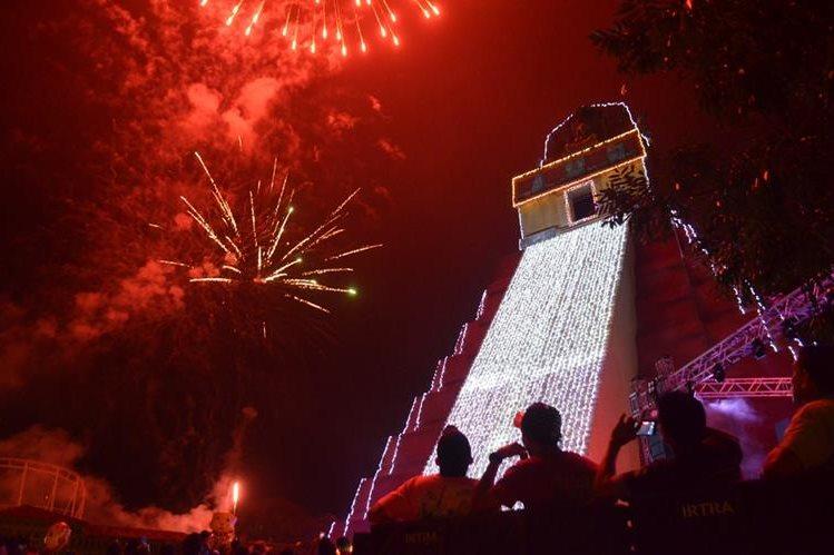 Encienden miles de luces por la época navideña en Xetulul, en el Irtra de Retalhuleu. (Foto Prensa Libre: Jorge Tizol)