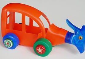 Plástico, papel, tela son algunos de los materiales que se pueden emplear para elaborar creativos juguetes.