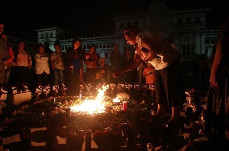 Personas se reunieron en la Plaza de la Constitución para conmemorar cuarenta días del fallecimiento de las niñas del hogar seguro Virgen de la Asunción.