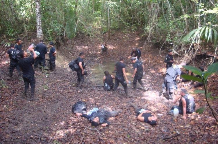 Al quedarse sin provisiones, algunos agentes bebieron agua cumulada en charcos en la selva petenera. (Foto Prensa Libre: Cortesía)